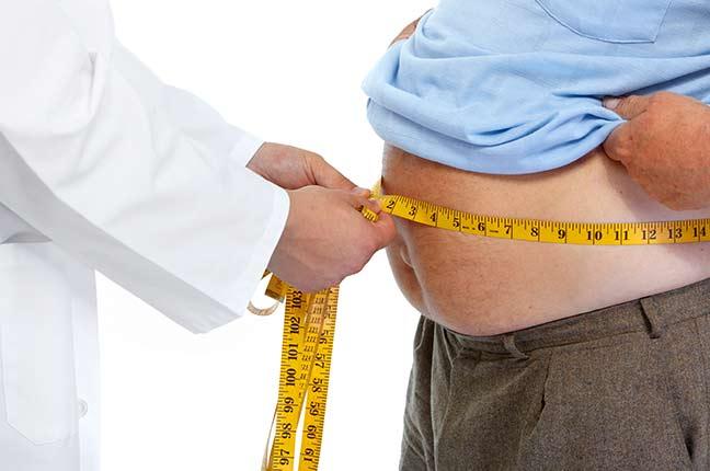 médico medindo gordura corporal de um homem
